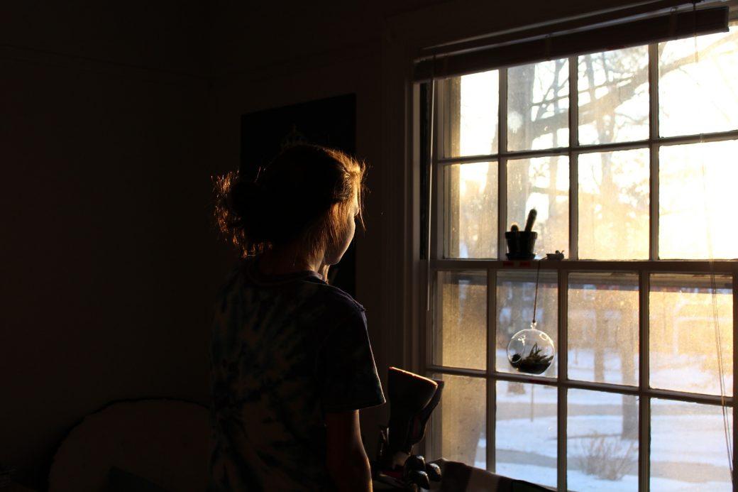 femme soumise près d'une fenêtre